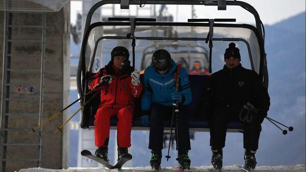 Прэзідэнт РФ Уладзімір Пуцін і прэзідэнт Беларусі Аляксандр Лукашэнка з сынам Мікалаем падчас катання на лыжах - Sputnik Беларусь