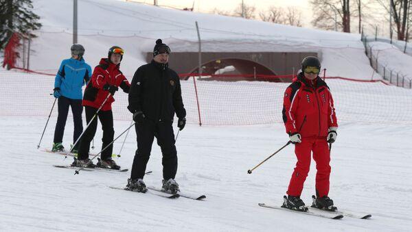 Президент РФ Владимир Путин и президент Беларуси Александр Лукашенко во время катания на лыжах в Сочи - Sputnik Беларусь