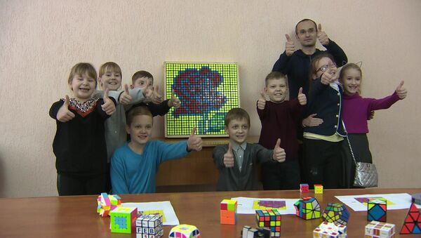 Магілёўскія школьнікі зрабілі падарунак да дня закаханых з сотні кубікаў Рубіка - Sputnik Беларусь