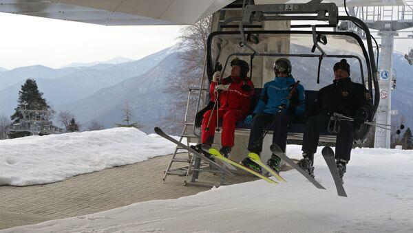 Президент РФ Владимир Путин и президент Беларуси Александр Лукашенко с сыном Николаем во время катания на лыжах - Sputnik Беларусь