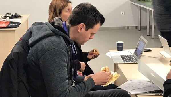 Журналист из Лондона в замешательстве: это вообще бургер? - Sputnik Беларусь