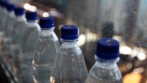 Бутылки с минеральной водой на транспортировочной ленте  - Sputnik Беларусь