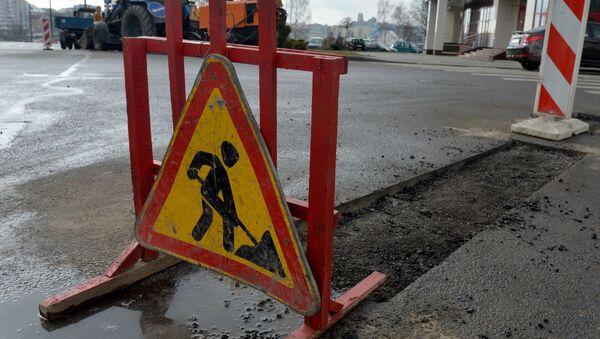Ямочные ремонты дорог идут по всему городу, практически без выходных - Sputnik Беларусь