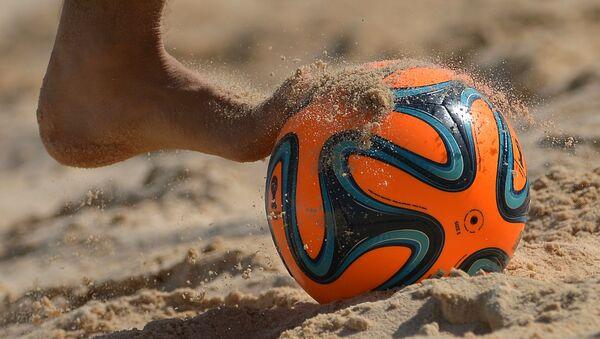 Мяч в матче по пляжному футболу среди мужчин, архивное фото - Sputnik Беларусь