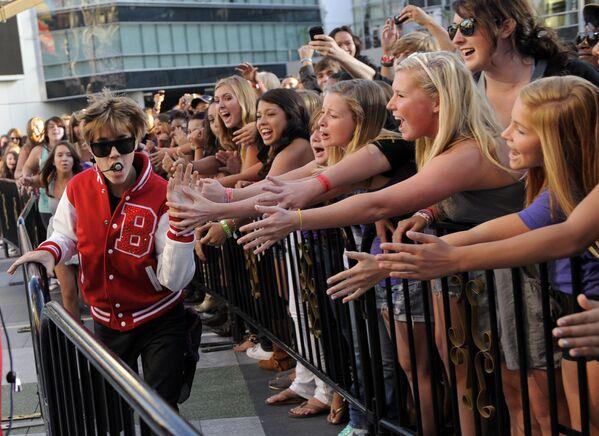 Альбом My World 2.0 был выпущен в марте 2010 года и также дебютировал под номером один в США. В поддержку альбома Бибер появился на нескольких программах, включая The View, 2010 Kids Choice Awards, Nightline, Late Show Дэвида Леттермана, Saturday Night Live и др.  На фото Бибер на церемонии MTV Video Music Awards 12 сентября 2010 года. - Sputnik Беларусь