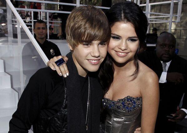 С 2010 года Джастин Бибер встречался с актрисой и певицей Селеной Гомес. Ему было шестнадцать, ей – восемнадцать. - Sputnik Беларусь