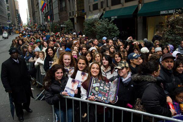 В 2010 году Бибер стал знаменитостью, которую чаще всего ищут в интернете. Три процента от всего трафика на Twitter принадлежало певцу.  На фото фанаты стоят в книжный магазин в Нью-Йорке за автографом Джастина. - Sputnik Беларусь