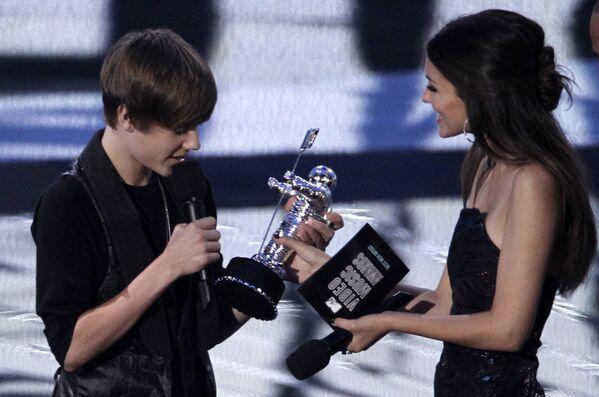 Джастин Бибер получает из рук актрисы Виктории Джастис премию MTV Video Music Awards 2010 как Лучший новый артист за песню Baby, записанную совместно с рэпером Ludacris. - Sputnik Беларусь