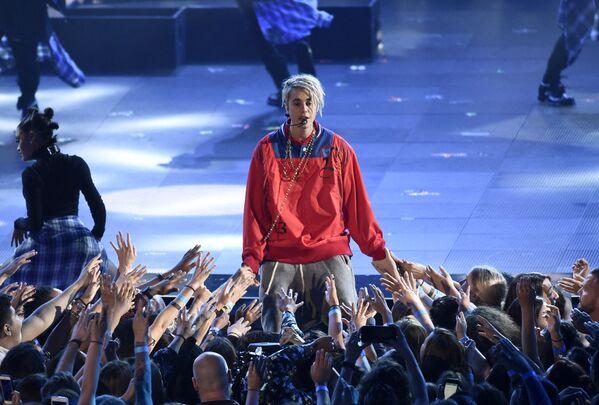 Еще один мегапопулярный сингл 2015-го и песня №1 в США – Love Yourself. В поддержку альбома Purpose (2015) Бибер отправился в свой третий тур (2016-2017). Последние годы певец взял перерыв в карьере и практически не выступает. - Sputnik Беларусь