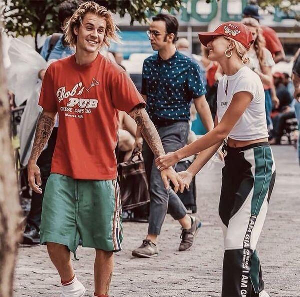 Джастин Бибер и 22-летняя модель Хейли Болдуин познакомились, когда ей было 13 лет – их познакомил отец девочки актер Стив Болдуин. Они недолго встречались в 2016-м, а в 2018-м потрясли фанатов новостью о том, что стали мужем и женой. - Sputnik Беларусь