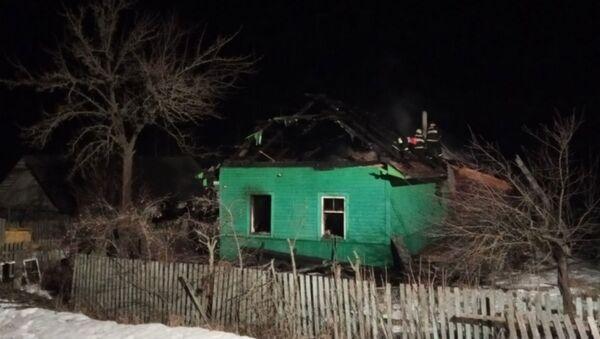 Спасатели обнаружили обгоревшие тела мужчины и женщины в частном доме в Кировске - Sputnik Беларусь