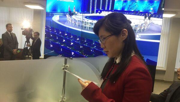 Китайская журналистка репетирует вопрос белорусскому президенту в ожидании Большого разговора - Sputnik Беларусь
