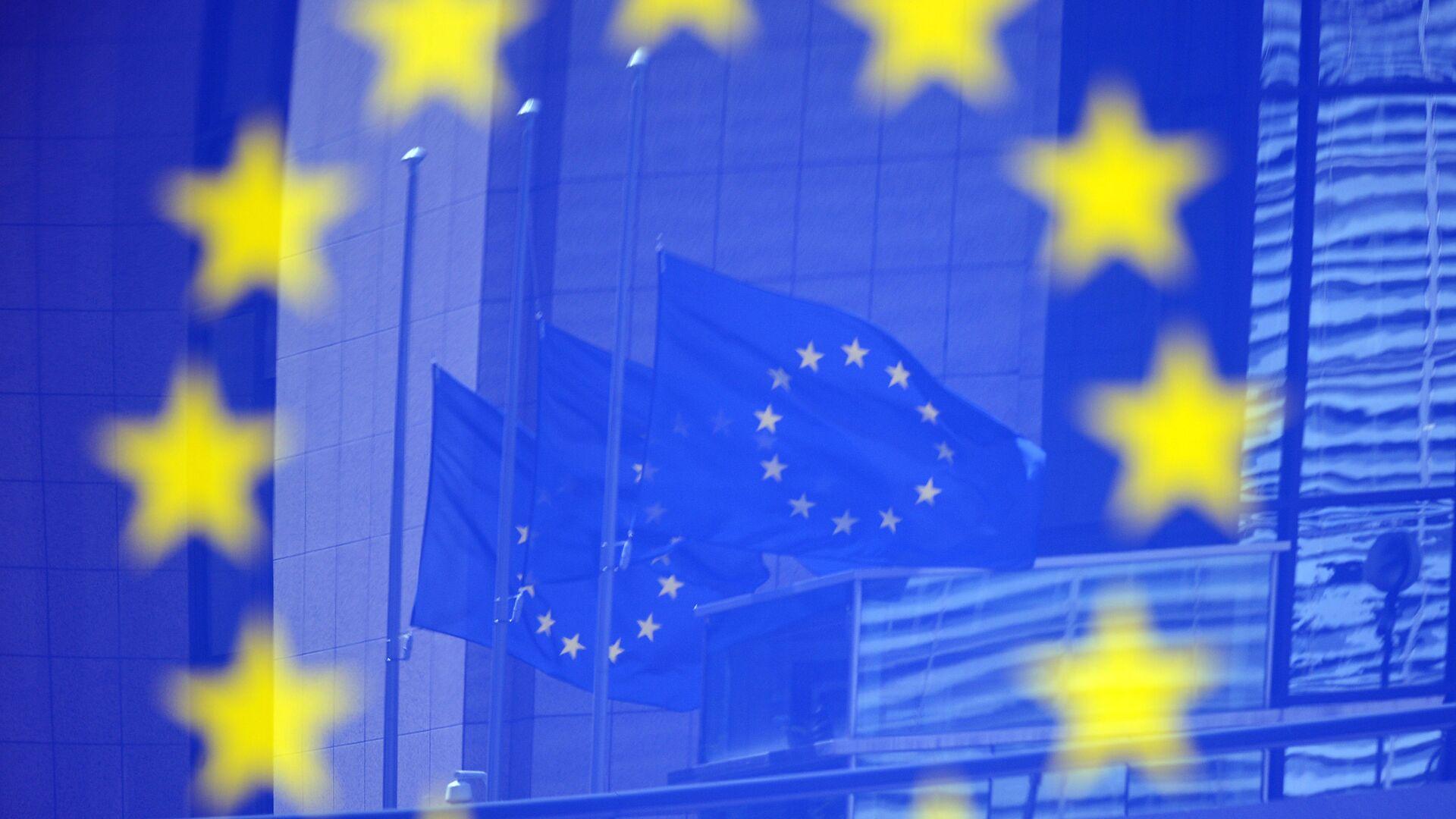 Флаги в отражении на стенде с эмблемой ЕС - Sputnik Беларусь, 1920, 07.10.2021