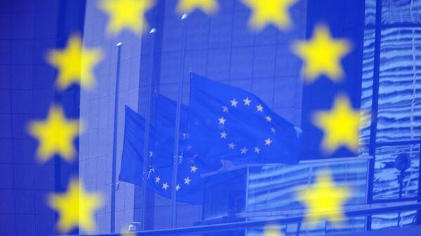 Флаги в отражении на стенде с эмблемой ЕС - Sputnik Беларусь