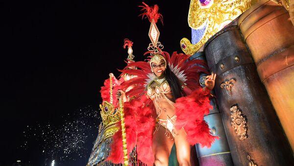 Удзельніца са школы Viradouro на карнавале ў Рыа-дэ-Жанейра, Бразілія - Sputnik Беларусь