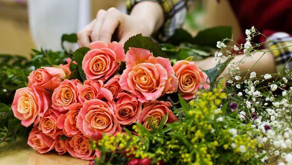 Флорист с цветами, архивное фото - Sputnik Беларусь