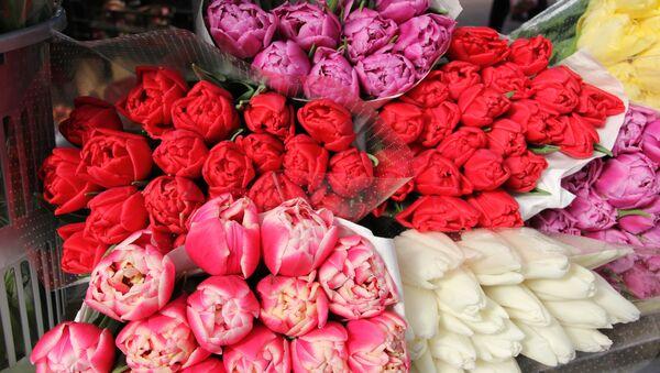 Покупатели могут выбрать цветы из десятков предложенных оттенков - Sputnik Беларусь