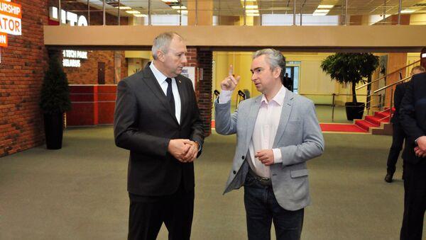 Глава правительства Сергей Румас и директор Парка высоких технологий Всеволод Янчевский в ПВТ - Sputnik Беларусь