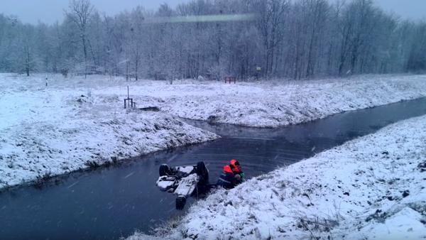 Fiat с водителем упал в канал - Sputnik Беларусь
