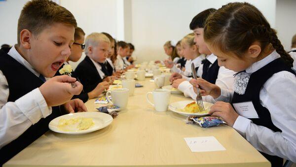 Школьнікі ядуць у сталовай, архіўнае фота - Sputnik Беларусь