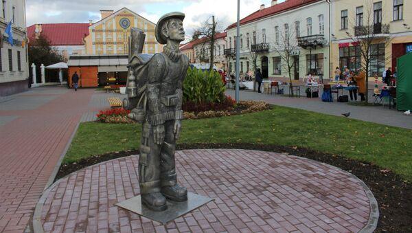 Скандальны помнік турысту дэманціравалі ў Гродне - Sputnik Беларусь