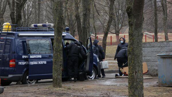 Судебные эксперты на мусорной площадке на улице Сердича - Sputnik Беларусь