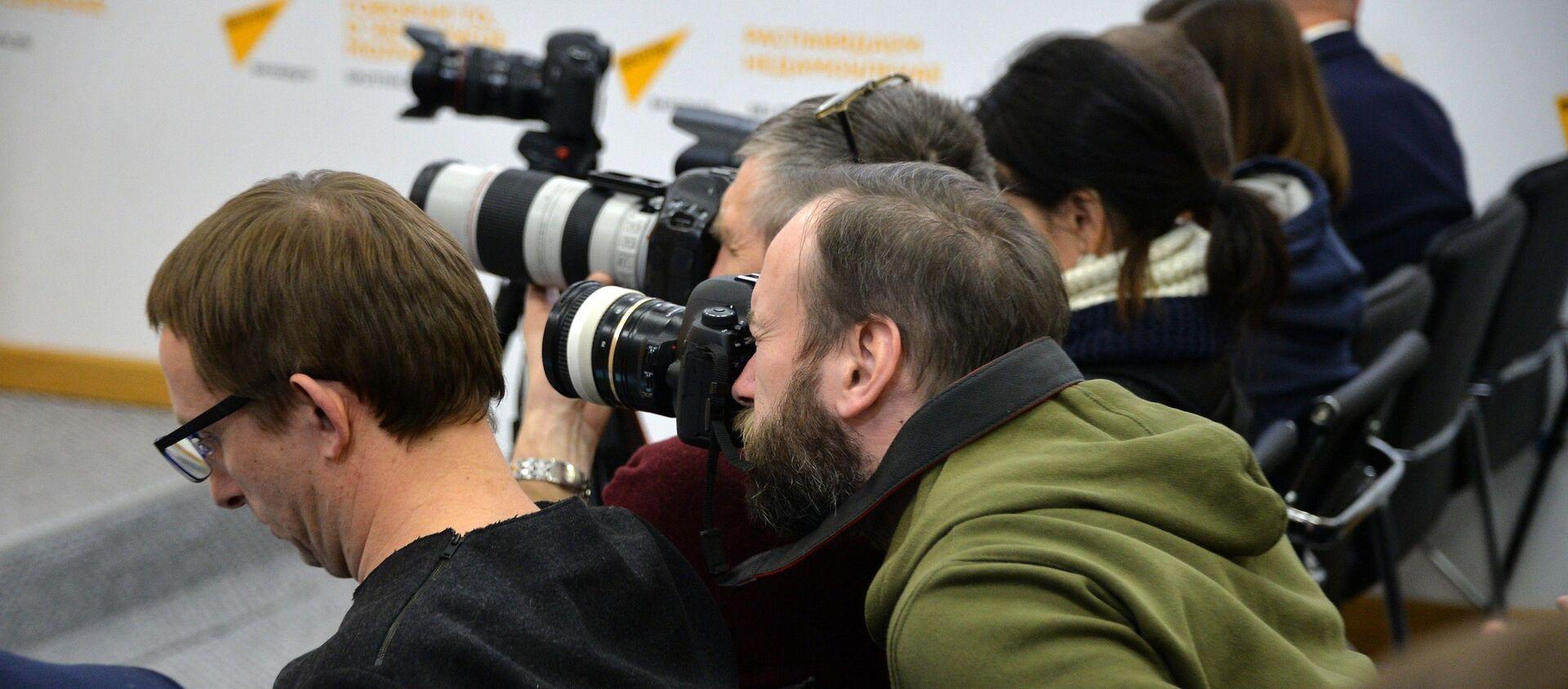 Журналисты в пресс-центре Sputnik - Sputnik Беларусь, 1920, 27.03.2021