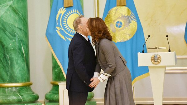 Нурсултан Назарбаев вручает государственную премию в области литературы и искусства воей дочери Алие - Sputnik Беларусь
