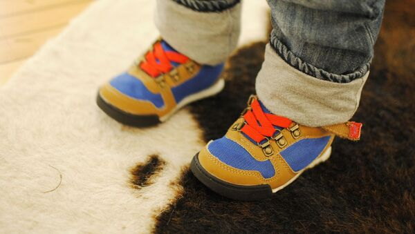 Ноги ребенка в кроссовках - Sputnik Беларусь