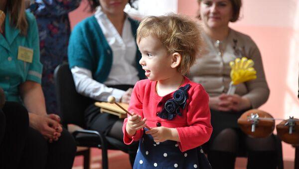 Девочка была рада оказаться в центре всеобщего внимания, хотя поначалу совсем не хотела идти на контакт - Sputnik Беларусь