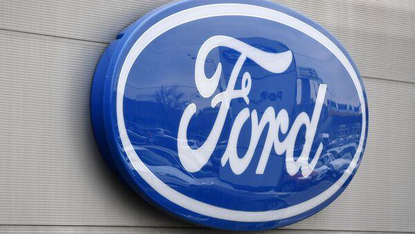 Логотип Ford на здании автоцентра, архивное фото - Sputnik Беларусь