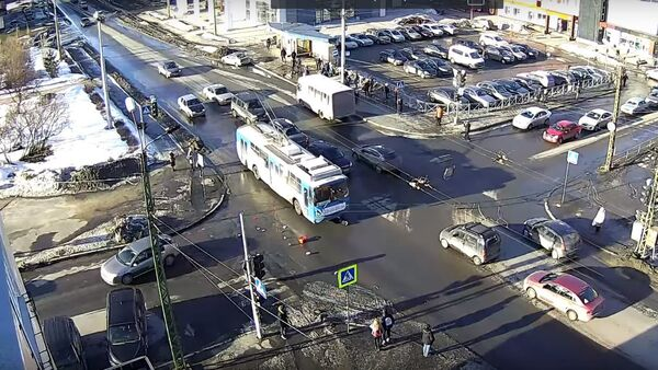Мужчина украл в магазине корзинку с продуктами и попал под троллейбус - Sputnik Беларусь
