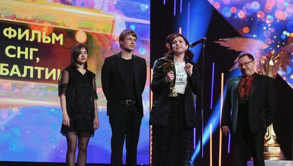 Режиссер Дарья Жук (в центре), получившая приз в номинации Лучший фильм стран СНГ, Грузии и Балтии за фильм Хрусталь - Sputnik Беларусь