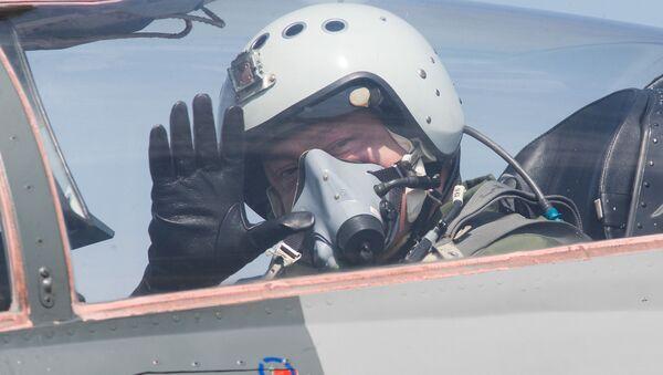 Петр Порошенко в кабине истребителя МиГ-29 - Sputnik Беларусь
