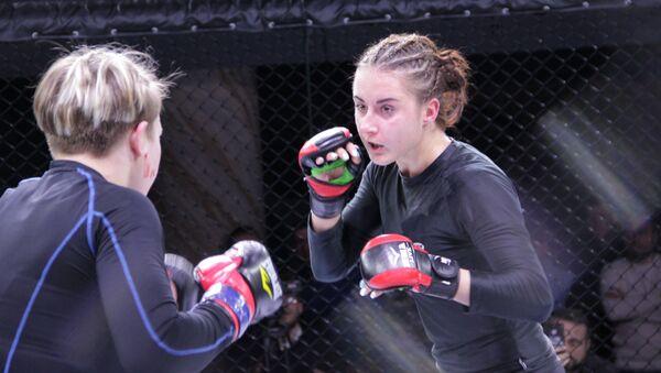Девушки сражаются на ринге не менее жестоко, чем мужчины - Sputnik Беларусь