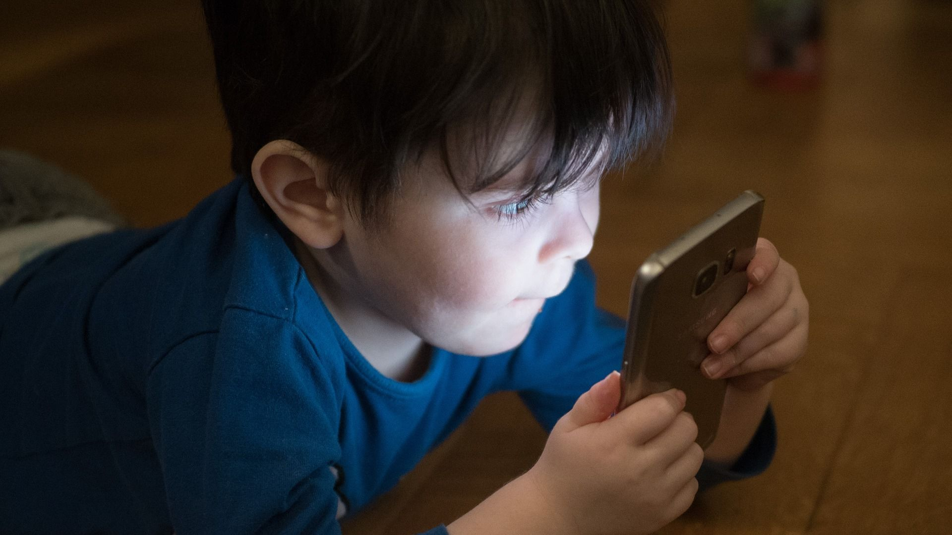 Ребенок с мобильным телефоном - Sputnik Беларусь, 1920, 20.09.2021