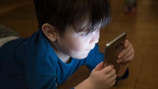 Ребенок с мобильным телефоном - Sputnik Беларусь