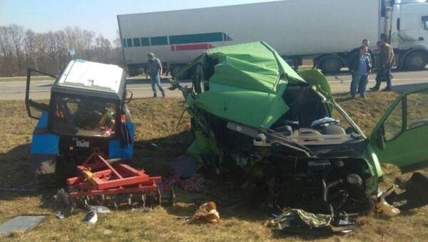 Под Барановичами водитель микроавтобуса уснул за рулем и влетел в трактор - Sputnik Беларусь