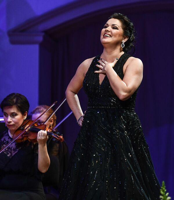 Оперная певица Анна Нетребко когда-то пустилась в пляс прямо на оперной сцене в Зальцбурге. Неудивительно, ведь в роду отца Анны – потомственные казаки, а у мамы цыганские корни. - Sputnik Беларусь
