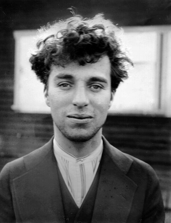 Считалось, что великий комик прошлого столетия Чарли Чаплин родился на юго-востоке Лондона, а его родители были певцами из мьюзик-холла. Однако в передаче на BBC, посвященной Чаплину, его дети рассказали о загадочном письме, которое нашли в ящике стола. Автор – некто Джек – писал, что является родственником Чаплина и оба они из цыганской семьи. Теперь письмо хранится в музее. - Sputnik Беларусь