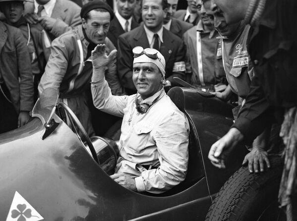 Гонки возобновились уже после того, как мир вернулся к миру, а официально чемпионат Формула-1 под эгидой Международной федерации автоспорта (FIA) стартовал в 1950-м. И первым его победителем стал выступавший еще в довоенную эпоху итальянец Джузеппе Нино Фарина (на фото) за рулем Alfa Romeo. - Sputnik Беларусь
