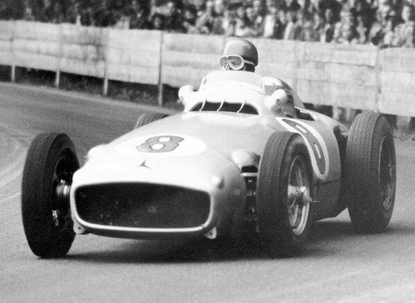 А вот и первый пятикратный чемпион Формулы-1 – аргентинец Хуан-Мануэль Фанхио. Его достижение впервые повторил Михаэль Шумахер только спустя 45 лет. - Sputnik Беларусь