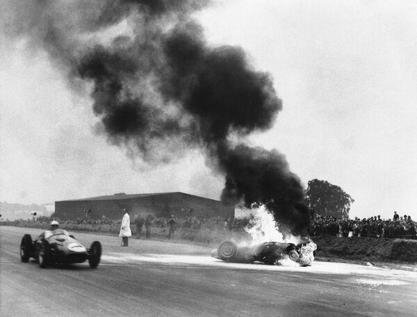 При создании гоночных болидов начала эры Ф-1 особо не задумывались о безопасности, а пилоты даже не могли и мечтать об огнеупорных комбинезонах и закрытых шлемах и садились за руль, можно сказать, в чем попало. Многие погибали, но вот британцу Тони Бруксу, чья машина горела на трассе в Сильверстоуне в 1955-м (на фото), повезло – он отделался легким испугом.  - Sputnik Беларусь