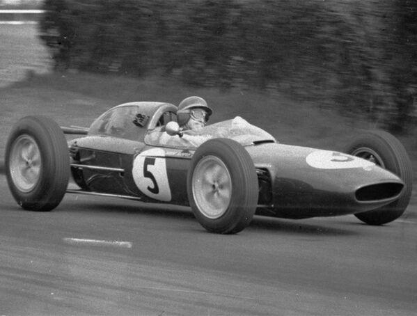 Со временем болиды эволюционировали – двигатель, который изначально располагали спереди, переместился к центру шасси, затем вообще назад, что сохранилось и до сих пор. В 1960-х тон технической моде в Ф-1 задавал британский конструктор Колин Чепмэн, сконструировавший для команды Lotus машину на основе алюминиевого монокока вместо трубчатого каркаса. - Sputnik Беларусь