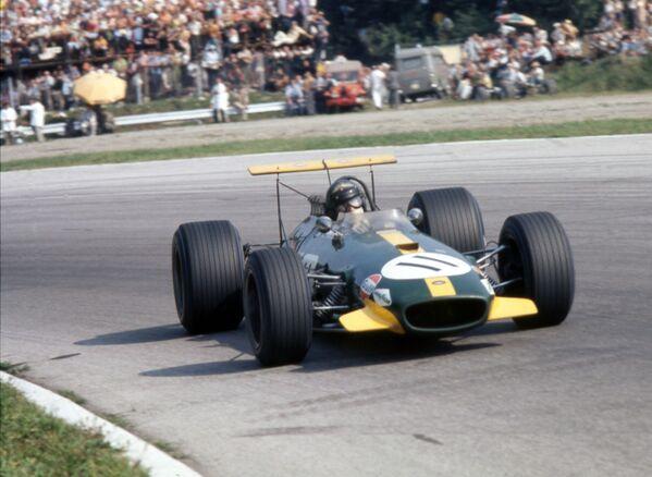 Чуть позже появилась и первая реклама на бортах болидов – считается, что впервые она была размещена на Brabham в 1968-м. С тех пор в Формуле-1 рекламировали все подряд – от автозапчастей, холодильников, табака и алкоголя до секс-шопов и презервативов. - Sputnik Беларусь