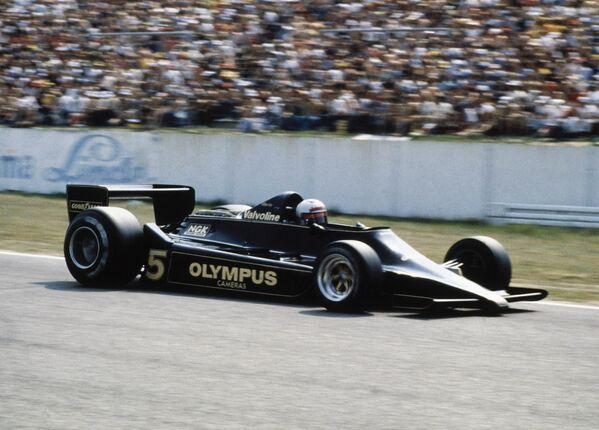 Конструкторы в погоне за победами придумывали все более и более необычные технические решения – это и использование граунд-эффекта с вентиляторами под днищем болида, и подвеска с изменяемой геометрией, и многое другое. Особенно в свое время изощренностью отличались Brabham и Lotus. На фото – Lotus 78 с особенным днищем.  - Sputnik Беларусь