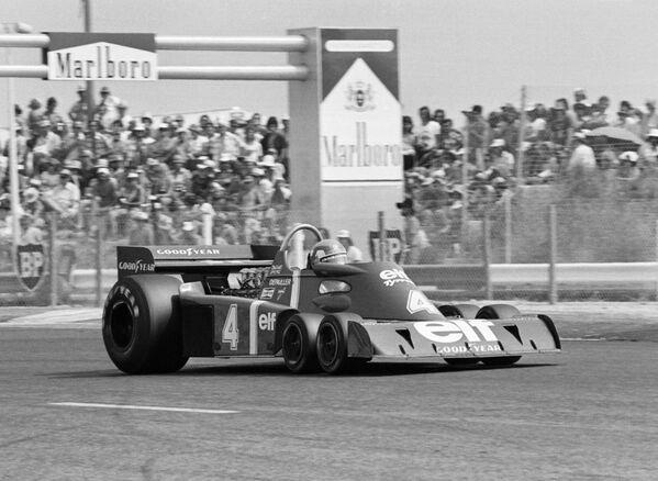 Еще одно необычное решение – шестиколесный автомобиль, который выставила команда Tyrrell в 1976 году. Южноафриканец Джоди Шектер умудрялся побеждать за рулем такого болида, однако шинники в конце сезона отказались поставлять команде Кена Тиррела специфическую резину, и проект заглох.  - Sputnik Беларусь
