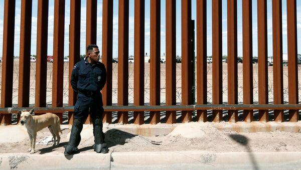 Сотрудник федеральной полиции на границе США и Мексики - Sputnik Беларусь
