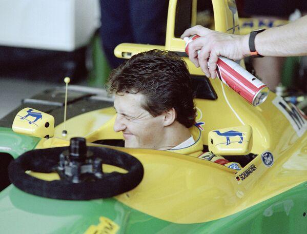 Середина 1990-х и начало 2000-х можно назвать эрой Шумахера. Немецкий гонщик, успевший посоперничать еще с самим Сенной, подавал большие надежды. На фото – Михаэль перед своей первой гонкой в Ф-1. - Sputnik Беларусь