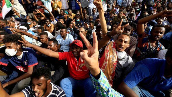 Суданские демонстранты требуют, чтобы президент Судана Омар Аль-Башир вышел из здания Министерства обороны в Хартуме - Sputnik Беларусь